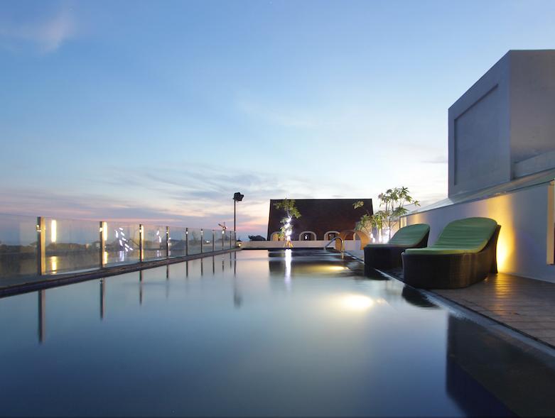 Maxonehotel legian rooftop pool 2